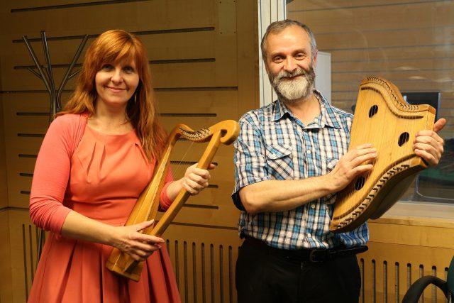 Moderátorka Jarka Vykoupilová s Pavlem Macků, malou harfou a žaltářem.