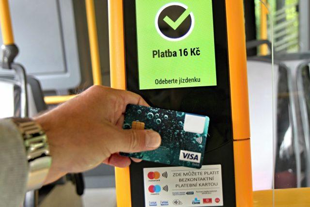 Integrovaný dopravní systém Jihomoravského kraje nově umožňuje za jízdenky platit kartou | foto: Rostislav Duršpek