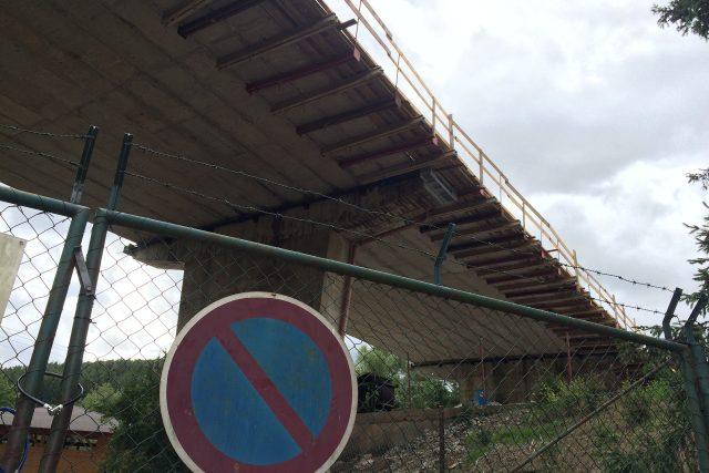 Uzavřený most byl v havarijním stavu.