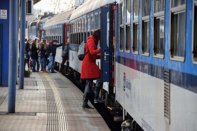 Lidé nastupují do osobního vlaku do Frenštátu pod Radhoštěm