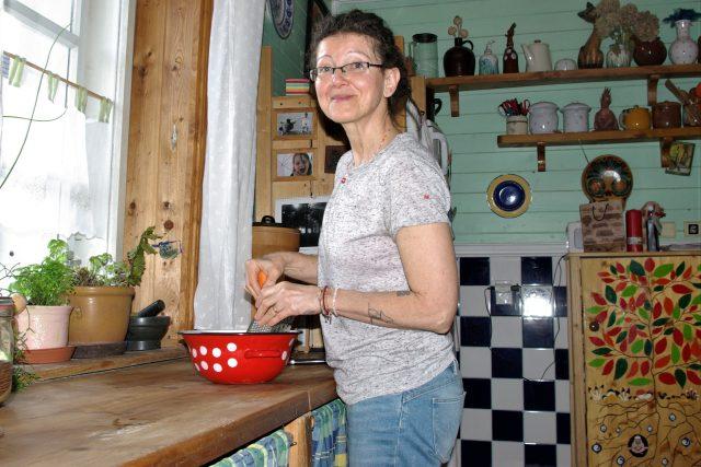 Moje kuchyně - můj hrad... Eva Francová připravuje pokrmy pro budoucí Krizovou kuchařku ze Svatojánu