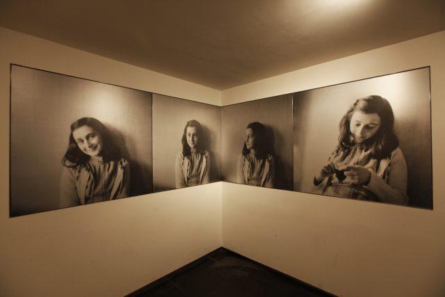 Vstupní místnost zdobí portréty Anny Frankové | foto:  © Anne Frank House / Photographer: Cris Toala Olivares,  Flickr,  CC BY-NC-ND 2.0