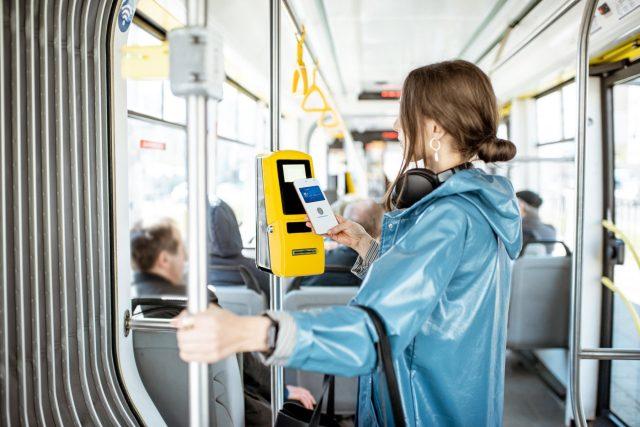 Bezkontaktní platba v městské hromadné dopravě | foto: Profimedia
