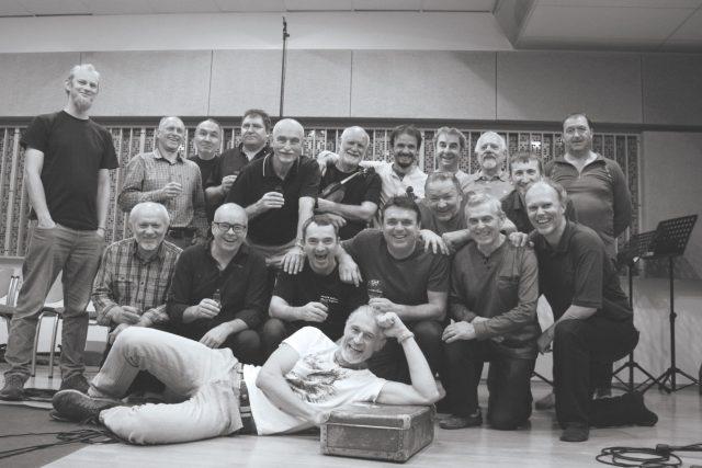 Mužský sbor z Buchlovic na společné studiové fotce