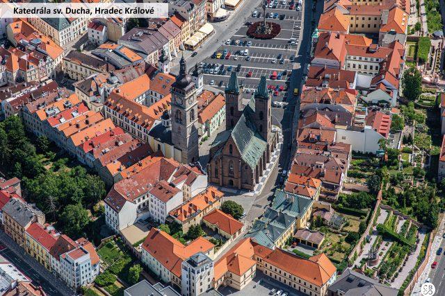 Vnější rozměry Katedrály svatého Ducha v Hradci Králové jsou délka 56 m, šířka 25 m, výška lodi 48 m. Roku 1997 k jubileu sv. Vojtěcha ji navštívil papež Jan Pavel II.