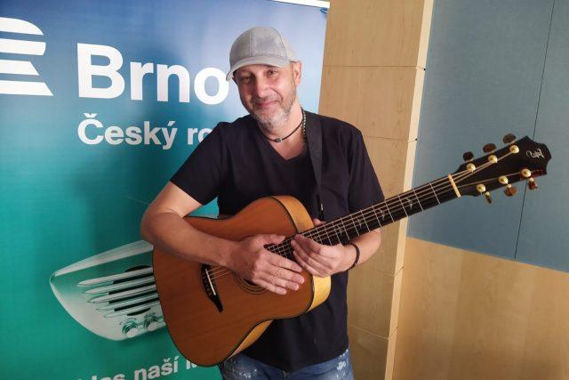 Muzikant Tony Joch ve studiu Českého rozhlasu Brno | foto: Jarka Vykoupilová,  Český rozhlas