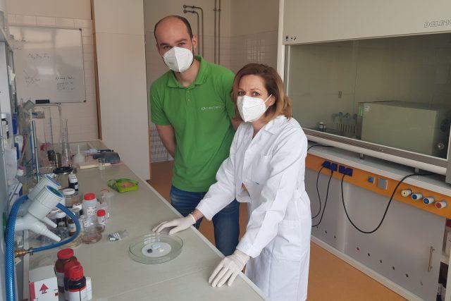 Brněnští vědci vyvíjejí nový implantát pro operace bederní páteře. Na snímku Přemysl Šťastný a Klára Částková