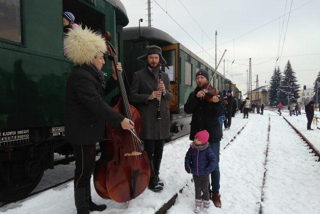 Hudecká muziga u speciálného parního vlaku na vsetínském nádraží