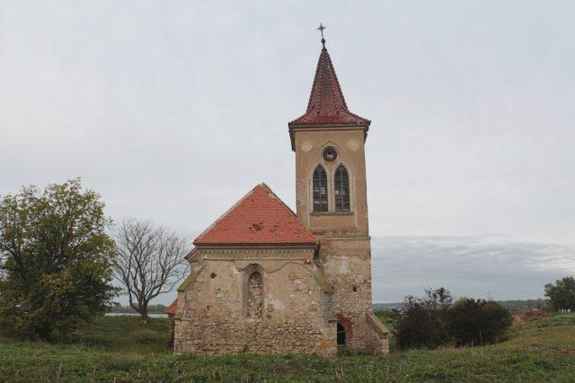 Kostel sv. Linharta leží na ostrově v prostřední Novomlýnské nádrži
