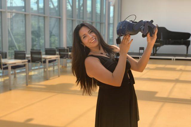 Mexicko-německá sopranistka Neivi Martinez si vyzkoušela,  jak se zpívá ve virtuální realitě | foto: Martin Kotek,  CIIRC