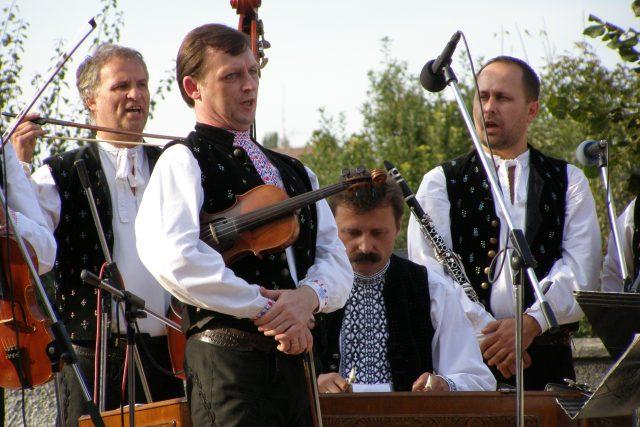 Basista Miroslav Šulko, primáš Peter Michalovič, za cimbálem Anton Dinka a klarinetista Peter Horský