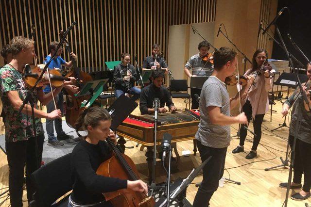 Mladí muzikanti z Valašského souboru Kašava při nahrávání ve studiu