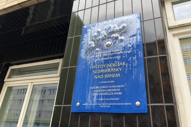 Pamětní deska v Kotlářské ulici připomíná vznik písně Hvězdy jsou jak sedmikrásky nad Brnem