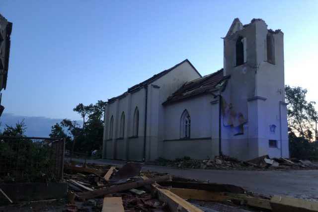 Kostel sv. Bartoloměje v Hruškách na Břeclavsku po tornádu   foto: Petr Tichý,  Český rozhlas,  Český rozhlas