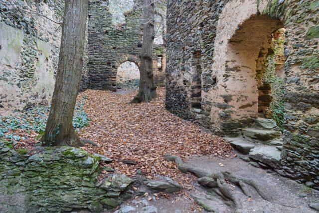 Nový Hrádek,  nádvoří tzv. Staršího hradu | foto: Hildegarda von Hildegardenburg,  Wikimedia Commons,  CC BY-SA 4.0