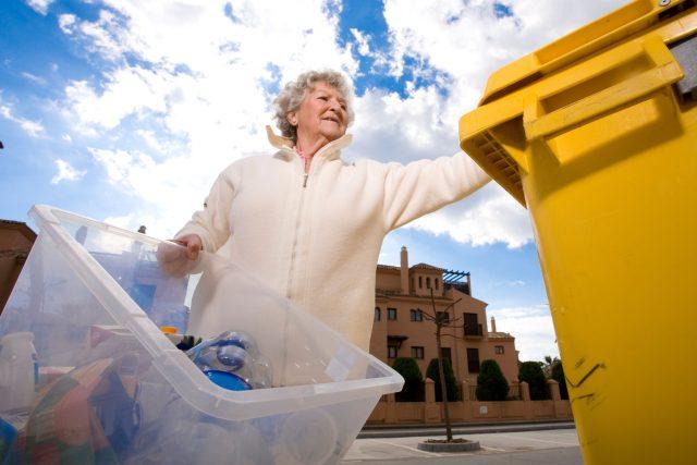 Seniorka,  odpad,  popelnice,  třídění odpadu,  plasty,  komunální odpad,  kontejner,  ilustrační foto | foto: Fotobanka Profimedia