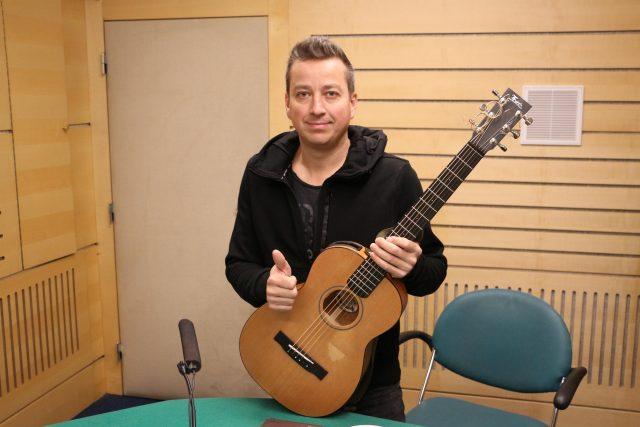 Petr Bende přinesl do brněnského studia kytaru, aby mohl zahrát pár písniček