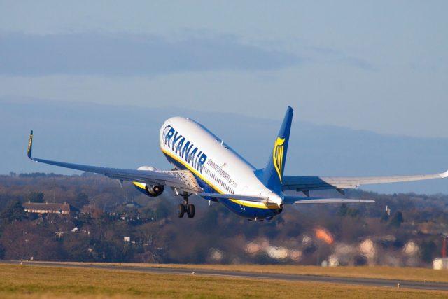 Boeing 737 společnosti Ryanair odlétá z londýnského letiště Luton
