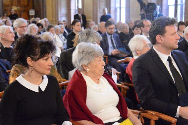 Ředitelka Muzea romské kultury Jana Horváthová, bývalá židovská osvětimská vězenkyně Eva Pokorná a předseda Poslanecké sněmovny Radek Vondráček promluvili při vzpomínkovém setkání 27. ledna 2020 ke Dni památky obětí holocaustu