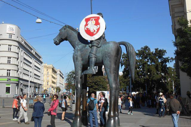 Sochu Jošta v Brně teď na jejím štítu zdobí symbol podpory Bělorusku, část historické vlajky této země.