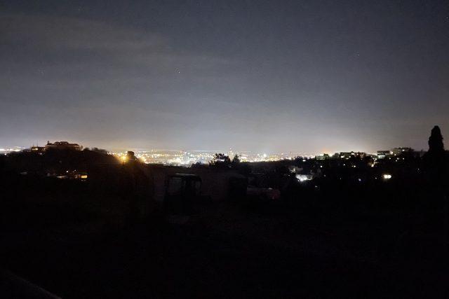 Pohled na potemnělé Brno. Technické sítě ve městě vypnuly všech víc než 40 tisíc lamp veřejného osvětlení