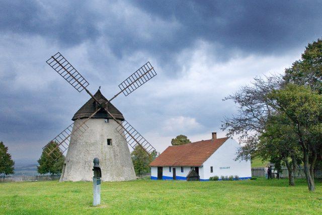 Větrný mlýn v Kuželově je jediným mlýnem holandského typu na Moravě.