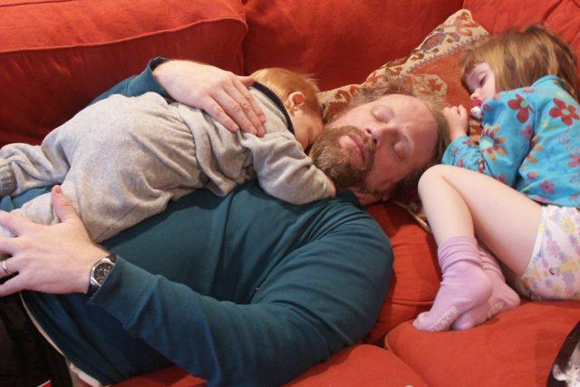 Vyčerpaný táta, děti spí