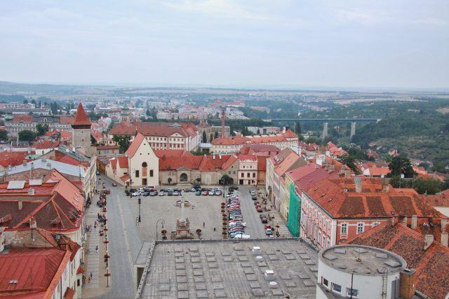 Pohled z Radniční věže na Masarykovo náměstí ve Znojmě