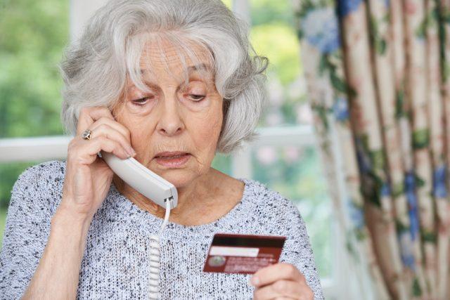 Seniorka, telefon, platební karta, šmejdi, podvod po telefonu, platba, podvodníci, nákup po telefonu. Ilustrační foto