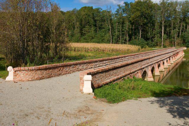 Barokní cihlový most u Mikulova