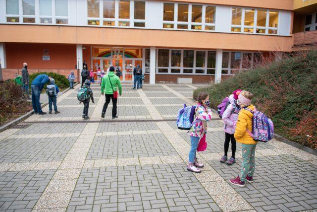 Děti s rouškou u školy