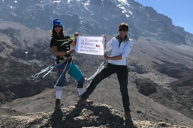 Alena a Dáša se rozhodly vyšplhat na nejvyšší horu Afriky do výšky 5895m. Svým výstupem podpoří sbírku na Kačenku a její další Klim-Therapy   foto: archiv Aleny Vrátné