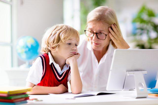 Matka se učí s dítětem během distanční výuky | foto: Profimedia