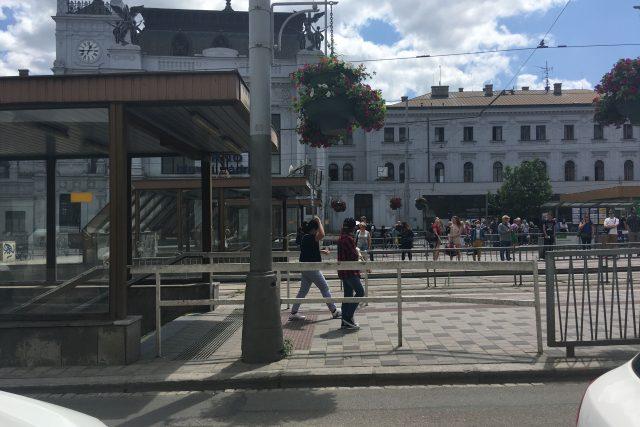 Dřív mohli lidé přejít silnici těsně u vstupů do podchodů, přes dva roky tam ale stojí bílé zábradlí