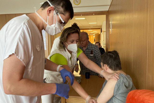 Mobilní vakcinační tým z Fakultní nemocnice u sv. Anny očkuje ve Velkých Opatovicích
