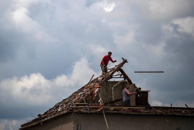 Jižní Morava po zásahu tornádem   foto: Profimedia