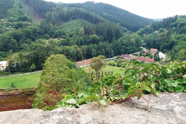 Pohled z hradu do malebné okolní krajiny    foto: Hana Ondryášová,  Český rozhlas