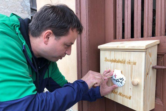 Dřevěné boxy označené bílou mušlí najdou lidé u kostelů nebo kaplí   foto: Vlasta Gajdošíková,  Český rozhlas