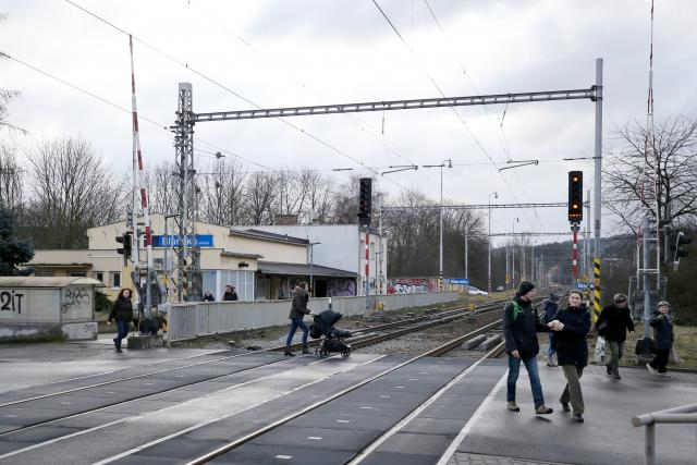 Bezpečně můžou lidé trať v Blansku přejít jen v jediném místě – u zastávky Blansko-město
