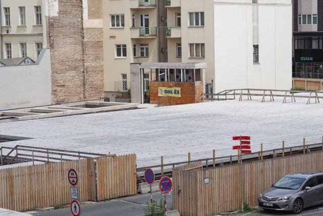 Z Janáčkova kulturního centra lidé vidí pouze plochu,  pod kterou jsou vybudované garáže | foto: Ludmila Opltová,  Český rozhlas