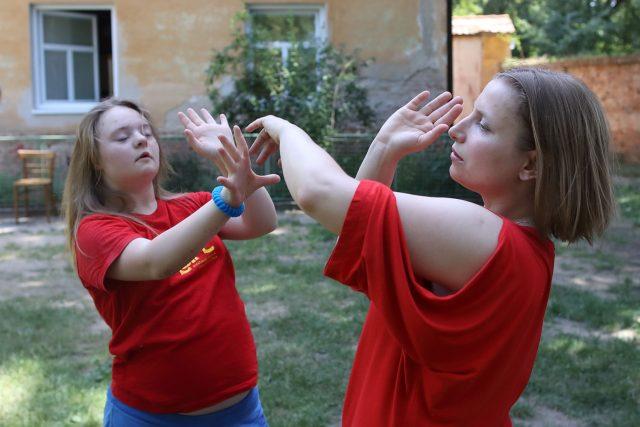 V Divadle Aldente se potkávají herci s Downovým syndromem a profesionální divadelníci bez handicapu | foto: Nikola Minářová