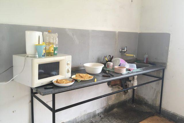 Sdílená kuchyně chátrající ubytovny v brněnské Olomoucké ulici