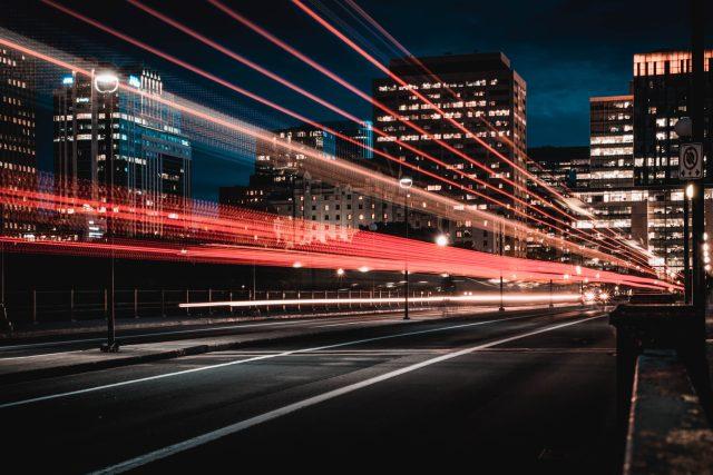 město v noci - světelné znečištění