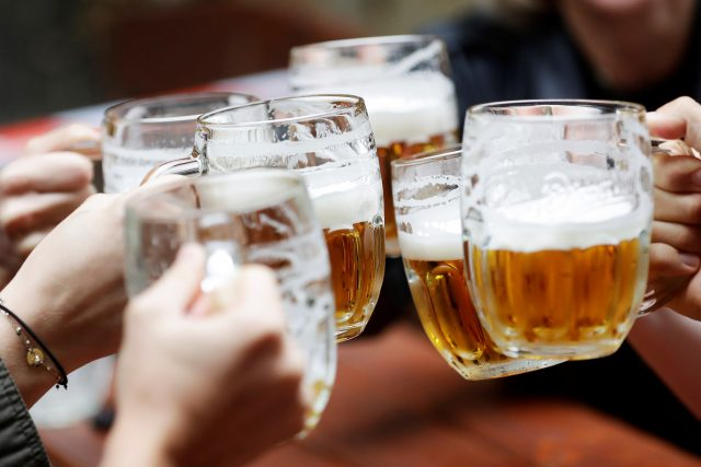 V čem spočívá zásadní umění v načepování piva?   foto: David W. Černý,  Reuters