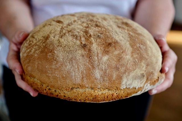 Domácí, velmi jednoduchý pecen chleba