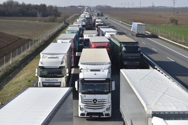 Kolona na dálnici D2 směrem na hraniční přechod na Slovensko.