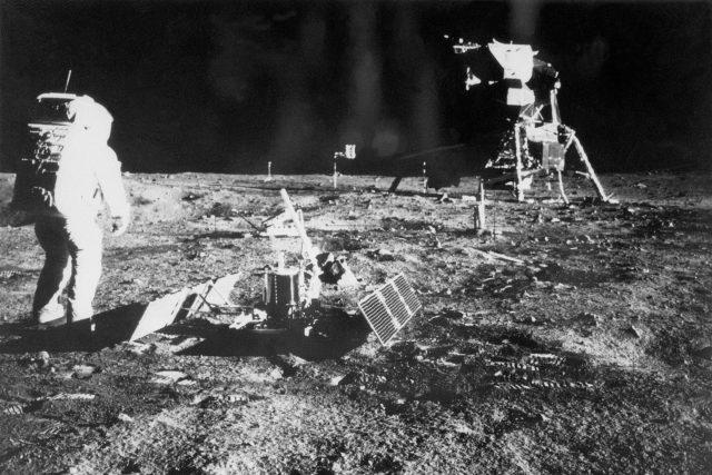 Jako první člověk vstoupil na povrch Měsíce 21. července 1969 Armstrong. Na snímku jeho kolega Buzz Aldrin